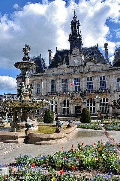 400px-Hôtel_de_ville_et_fontaine_de_Limoges.jpg