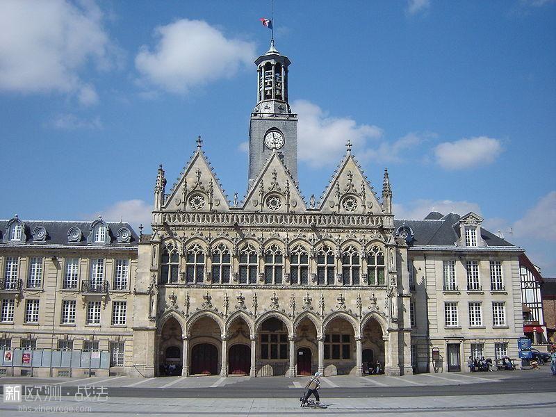800px-Stadhuis_Saint_Quentin.jpg