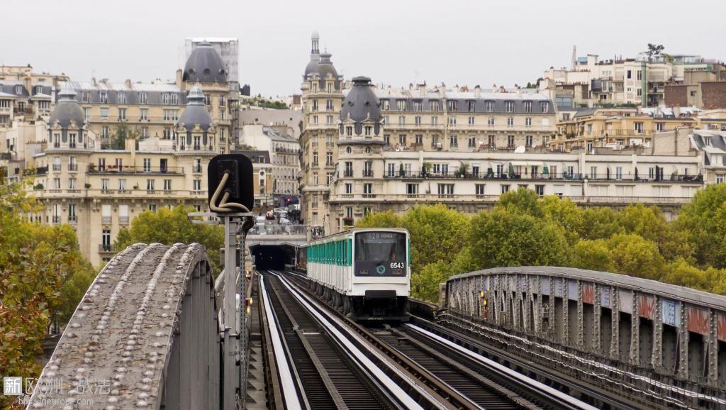 Paris_Metro_Pont_de_Bir-Hakeim_Bridge.jpg