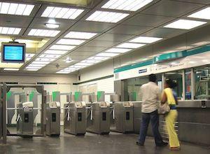 800px-Entree-station-pont-de-sevr.jpg