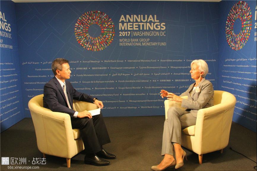 10月12日,IMF总裁拉加德(右)在位于华盛顿的总部接受人民日报记者专访。人民日报记者  吴乐珺摄 ...