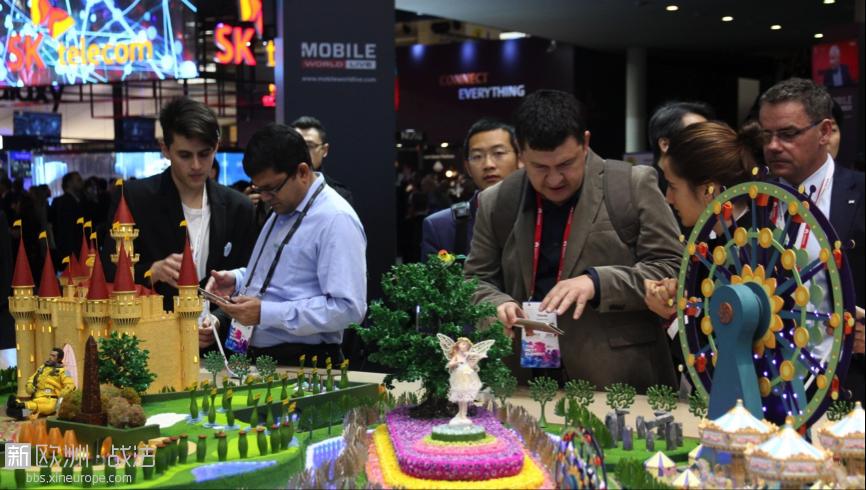 在今年2月的巴塞罗那世界移动通信大会(MWC)上,外国人士体验新发布的中兴智能手机。 人民日报记者  王迪  ...