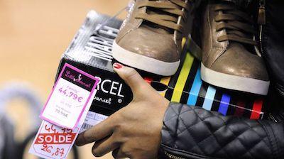 une-femme-achete-une-paire-de-chaussures-a-talange-en-lorraine-au-premier-jour-d.jpg