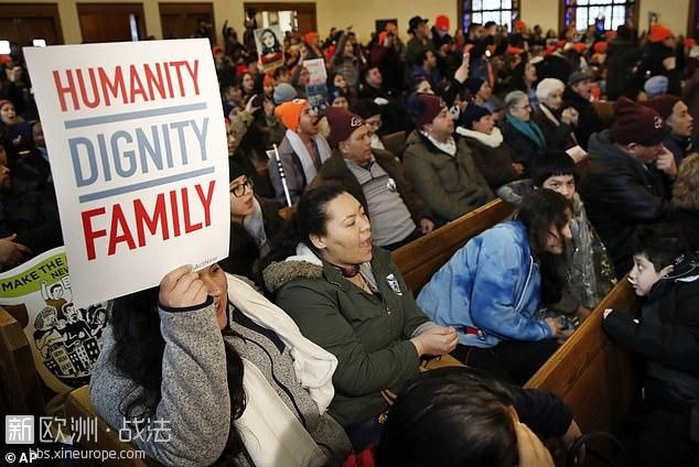 2255392-5368279-People_rally_in_support_of_the_Deferred_Action_for_Childhood_Arr.jpg