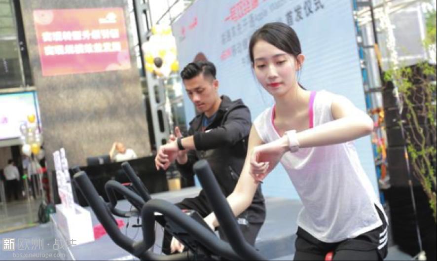 """""""eSIM一号双终端""""业务开通之后,在外出或者锻炼时即使不携带手机,也可随时保持互联。图片来源:中国联  ..."""