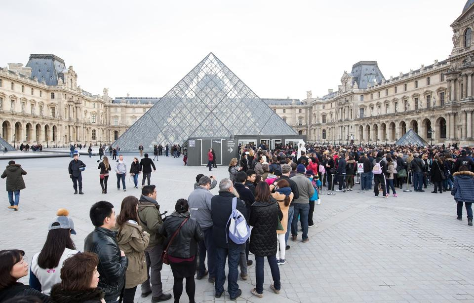 960x614_file-attente-touristes-musee-louvre-illustration.jpg