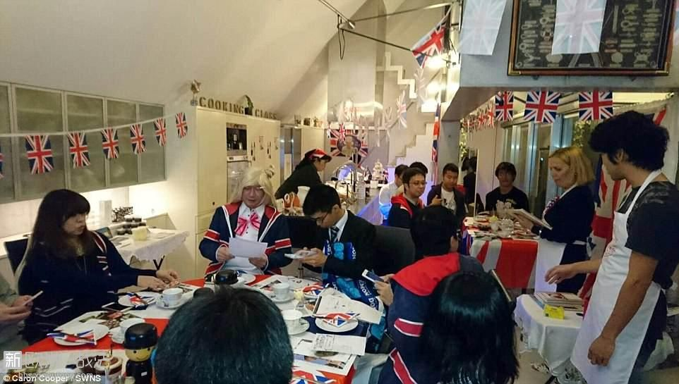 4CE5DD4B00000578-5803501-Fans_hold_a_Great_Britain_themed_tea_party_in_Tokyo_on_.jpg