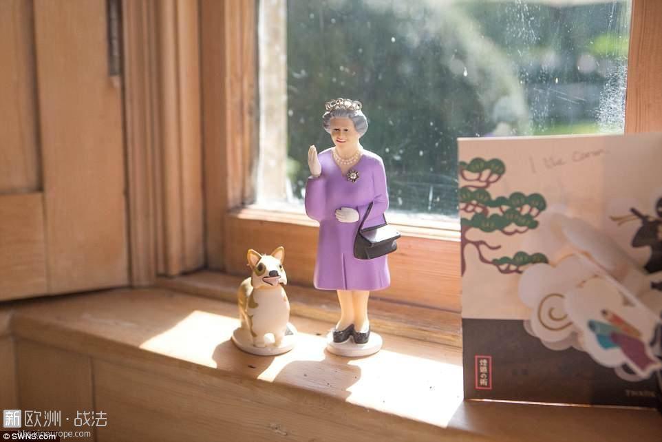 4CE5DDCB00000578-5803501-A_figurine_of_the_Queen_and_a_corgi_sits_in_the_Farmhou.jpg