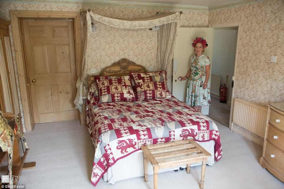 4CE5DE8900000578-5803501-One_of_the_two_bedrooms_of_the_farmhouse_in_Wiltshire_t.jpg