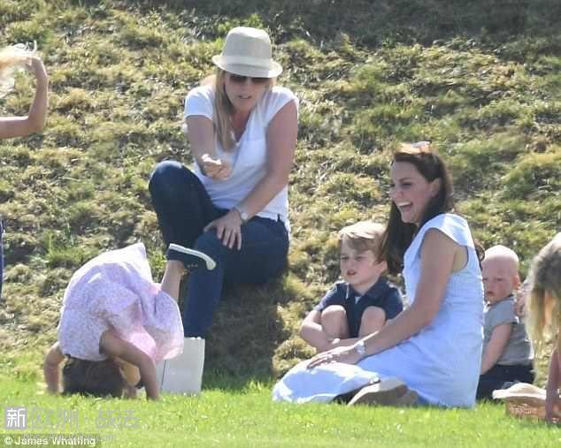 4D1C8F6C00000578-5830033-Look_at_me_Three_year_old_Charlotte_impressed_Kate_as_s.jpg