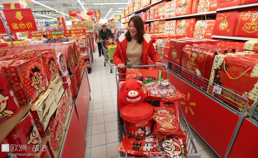 2019年1月24日,昆明居民在沃尔玛超市选购年货。(视觉中国)