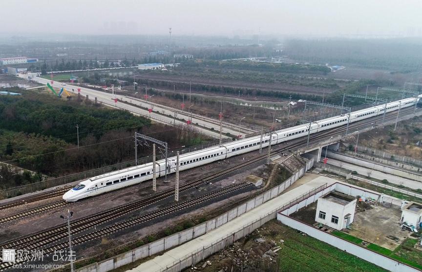 2月21日,一列动车驶离泰州火车站发往南通方向(无人机拍摄)。汤德宏摄 人民图片  ... ...