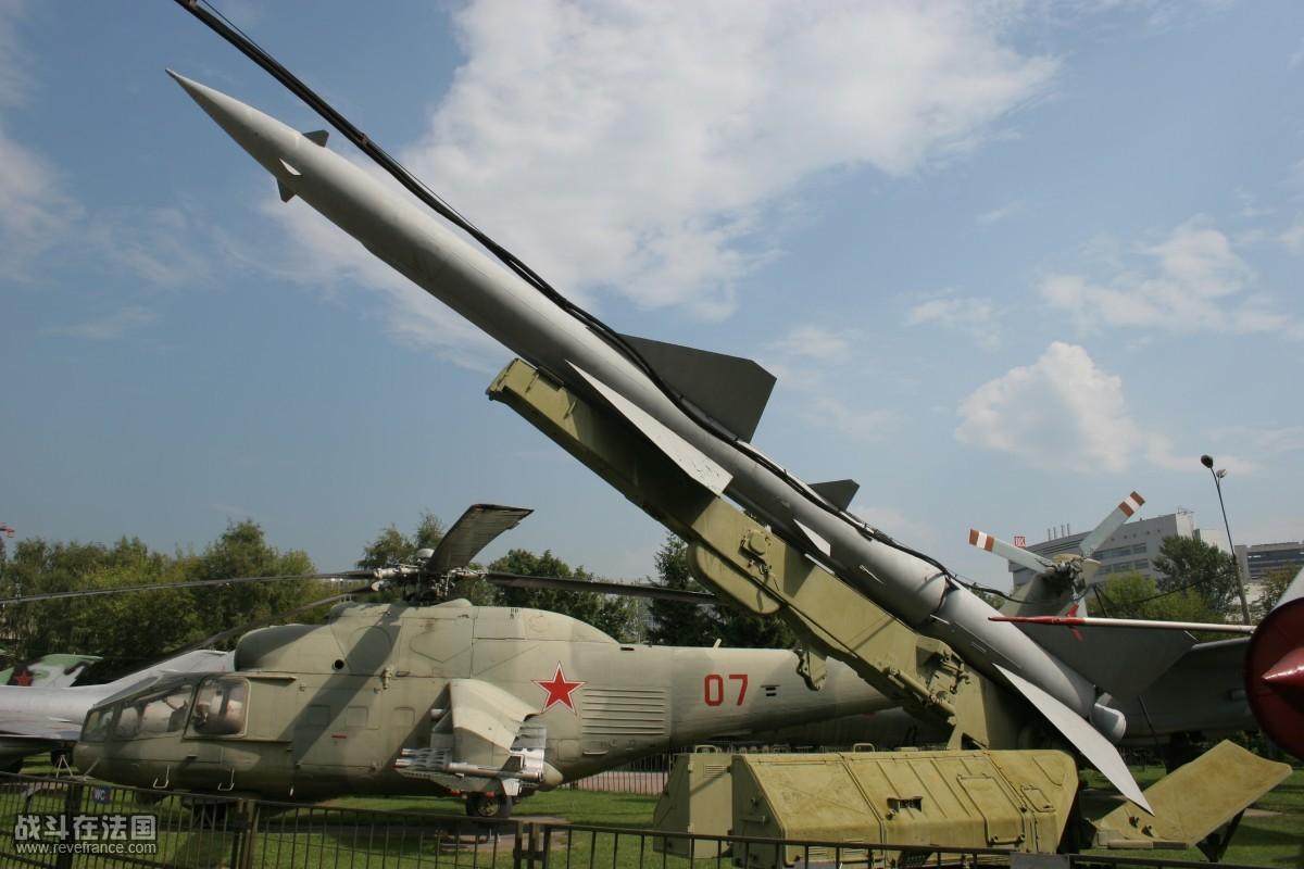 安-22宽敞的肚子,有容乃大是硬道理(rf14rf) 入侵捷克斯洛伐克时的空降作战 捷克斯洛伐克位于欧洲中心,战略地位十分重要。杜布切克上台后,捷自由化的倾向急剧发展,使整个东欧处于离心状态。苏联为了维护其在东欧的统治地位,在施加政治、经济压力无效之后,于1968年8月20日实施了武装入侵。从5月开始,苏军就进行了武装入侵的准备。先后在其本土和捷、波、匈、德境内举行了13次以侵捷为背景的军事演习,并借此机会集结了20多万军队。7、8月,苏国防 部长等分别与德、波、匈国防部长会晤,策划侵捷事宜 8月20日,