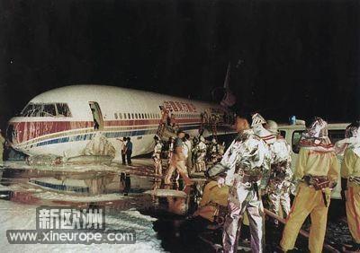 迫降落地后,飞机仍有爆炸起火的危险
